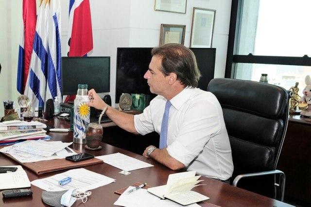 Luis Lacalle Pou, en su despacho, con el mate que le reglaron sus hijos