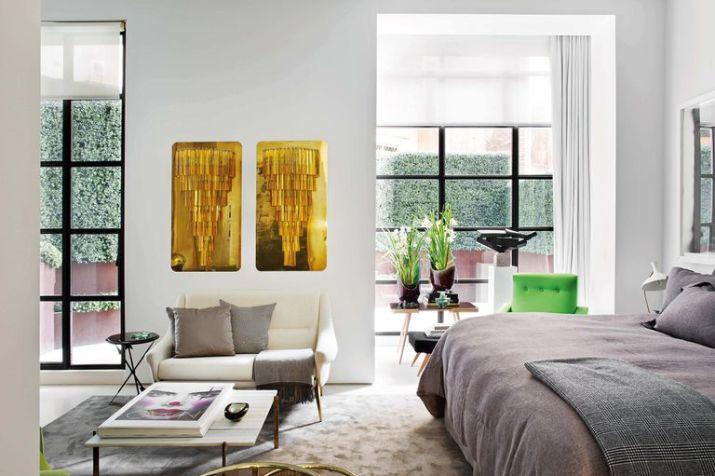 El dormitorio tiene una zona de estar con díptico de cristales de Paolo Venini montados sobre placas metálicas. Sillón francés de los años 50 y mesa 'PK61', del diseñador danés Poul Kjaerholm.