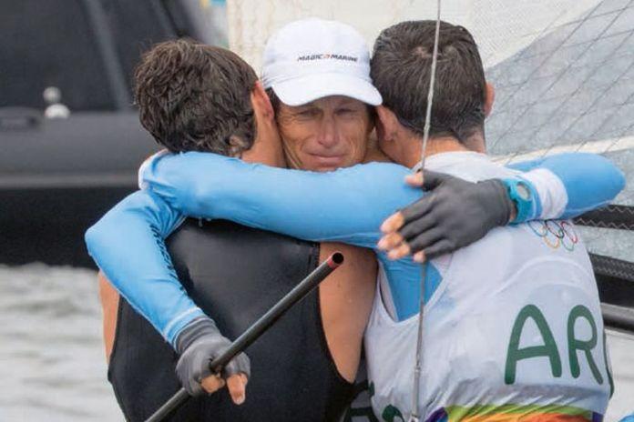 Tras ganar el oro junto a Cecilia Carranza, Lange se abraza con dos de sus hijos