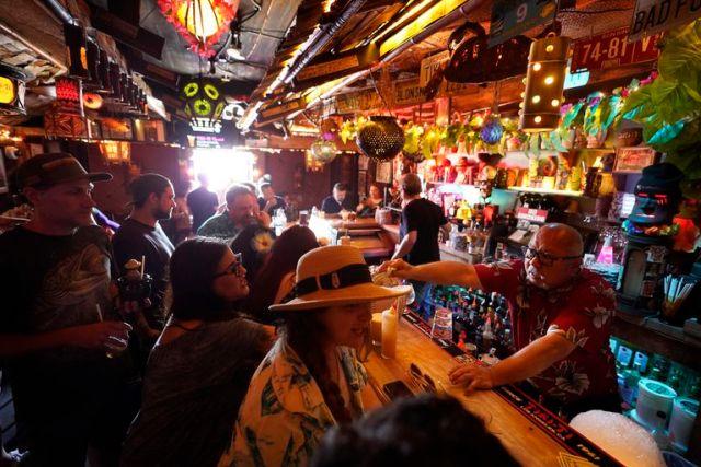 Gente sin barbijo en un bar de Los Angeles, California, pese al aumento del número de contagios
