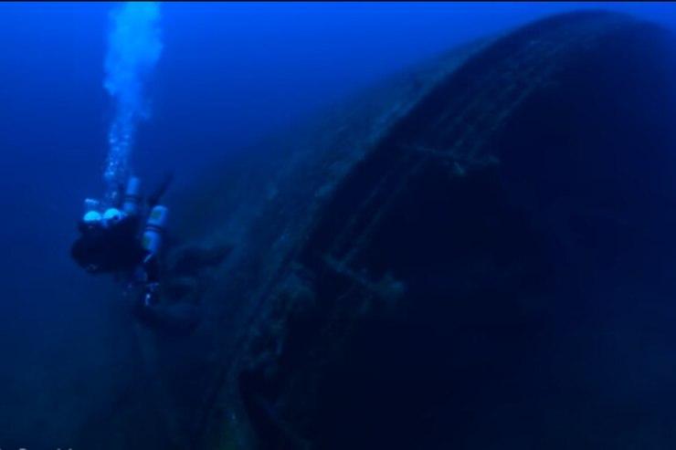 Las imágenes fueron captadas por el fotógrafo y su equipo, quienes aseguran que dentro de la nave se halló una bota   Foto: Captura de video