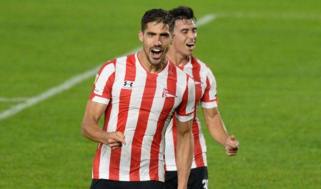 Fabián Noguera celebra uno de los tres goles que consiguió el dúo de zagueros que integra con Agustín Rogel; Jorge Rodríguez comparte la alegría.