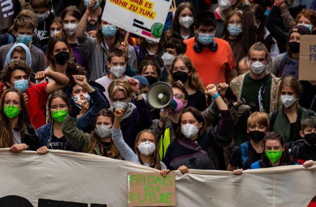 Activistas como la sueca Greta Thunberg y la activista climática alemana Luisa Neubauer, marchan durante la huelga climática global de Fridays for Future en Berlín, el 24 de septiembre de 2021