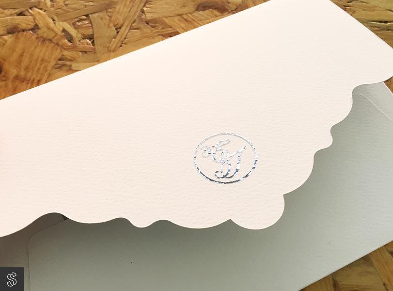 sobre artesano hacho a mano con corte a medida, con solapa marcada en plata, para invitaciones de boda especiales. El sobre está hecho con papel texturado con textura gofrado
