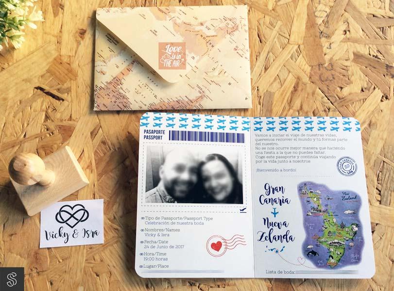 invitaciones de boda pasaporte, con sobre artesano hecho a mano y sello de caucho con el nombre de los novios