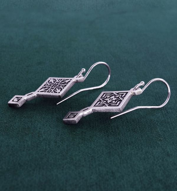Earrings d'asymmetrical square earrings in 925 sterling silver with hook system side view | Res Mirum