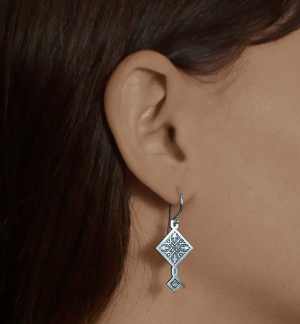 Earrings d'asymmetrical square zellige oriental silver 925 with hook system worn | Res Mirum