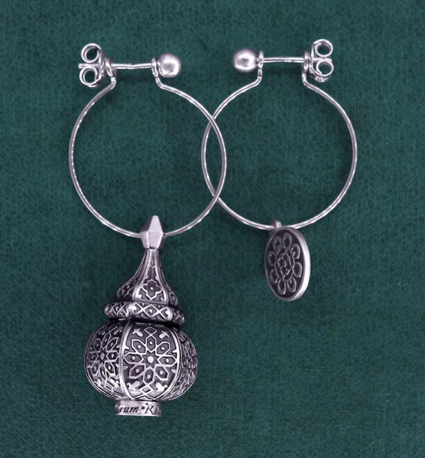 Boucles d'oreilles asymétriques inspirées des lanternes orientales sur créoles en argent 925   Res Mirum