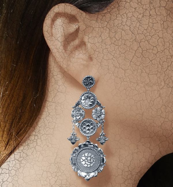 Boucles d'oreilles chandelier pangolin asymétriques aux motifs d'écailles et florals baroques imaginés autour des cabinets de curiosités en argent 925 portées | Res Mirum