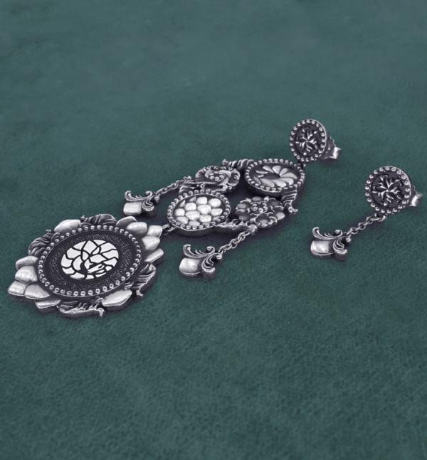 Boucles d'oreilles chandelier pangolin asymétriques aux motifs d'écailles et florals baroques imaginés autour des cabinets de curiosités en argent 925 vue côté | Res Mirum