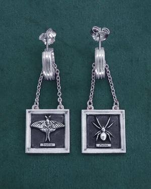 Earrings d'butterfly & spider earrings in their square frames spirit Cabinet of Curiosities | Res Mirum