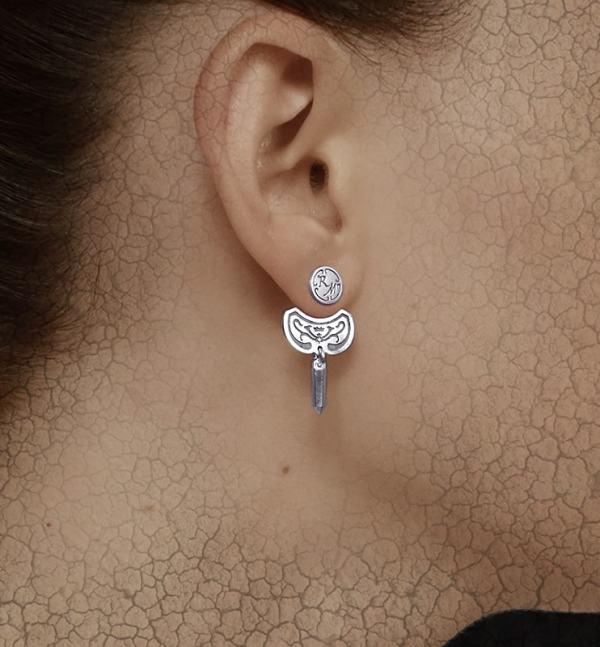 Boucles d'oreilles sous lobe pointe de cristal et arabesques en argent massif fait artisanalement portées | Res Mirum