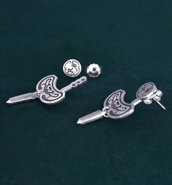Boucles d'oreilles sous lobe pointe de cristal et arabesques en argent massif fait artisanalement vue côté | Res Mirum