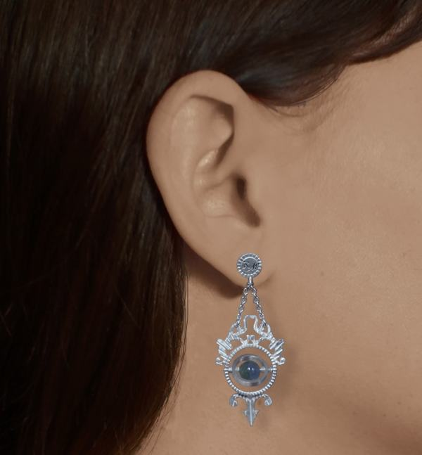 Earrings d'earrings inspired by armillary spheres, l'study of stars and Cabinets of Curiosities in sterling silver made in France worn | Res Mirum