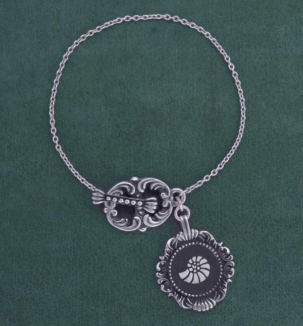 Bracelet baroque style toogle inspiré des nautilus, ammonites ou coquillages très présents dans les cabinets de curiosités de la Renaissance | Res Mirum