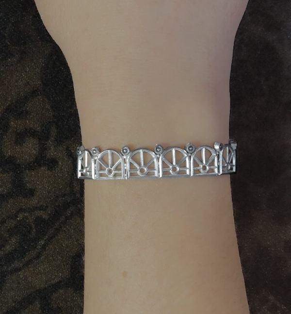Bracelet délicat dans l'esprit architectural des grandes orangeries de la Renaissance en argent 925 fait main en France porté | Res Mirum