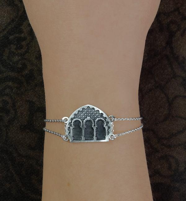 Bracelet porte et façade d'architecture maghrébine fabriqué artisanalement en France porté | Res Mirum