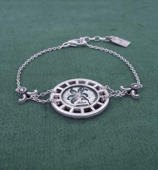 Bracelet rond à motif botanique de lys façon herbier dans un cadre d'inspiration architecture en argent de fabrication Française vue côté | Res Mirum