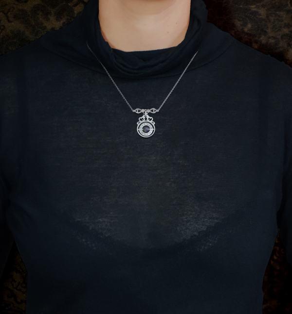 Collier sphère armillaire et arabesques avec axe tournant autour d'une perle de labradorite en argent massif made in France porté | Res Mirum