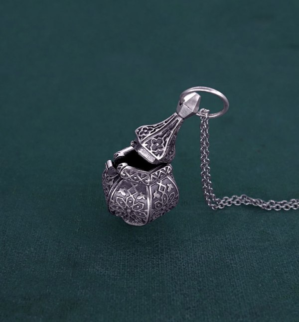 Sterling silver mini lantern pendant inspired by l'Maghrebian handicraft made in France open view | Res Mirum