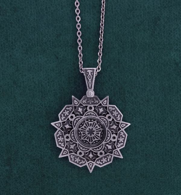 Pendentif rond à motifs floraux orientaux inspiré de l'architecture ancienne du Maghreb de fabrication artisanale | Res Mirum