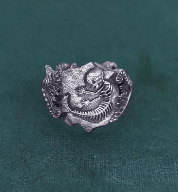 Bague ornée d'un fossile de foetus de sirène et de fougères, inspirée des chimères anciennes de la paléontologie en argent de fabrication artisanale vue face | Res Mirum