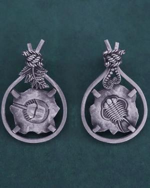 Boucles d'oreilles asymétriques avec motifs de fossiles de Limule & de Trilobite et de décors de fougères en argent fabriquée en France artisanalement | Res Mirum