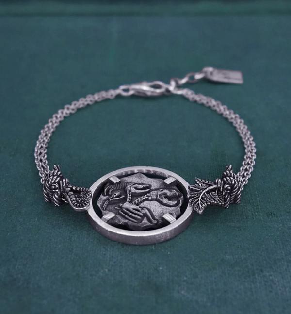 Bracelet avec motif façon fossile de squelette de chimère, animal mythologique de l'antiquité grecque en argent 925 de fabrication artisanale vue côté | Res Mirum