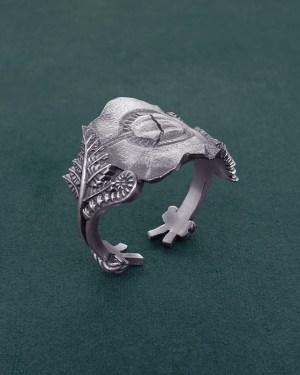Bague ornée d'un fossile de limule et de fougères, bijou inspiré de la paléontologie en argent de fabrication artisanale | Res Mirum