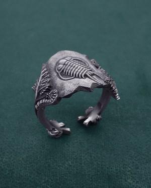 Bague ornée d'un fossile de Trilobite et de fougères, bijou inspiré de la paléontologie en argent de fabrication artisanale | Res Mirum