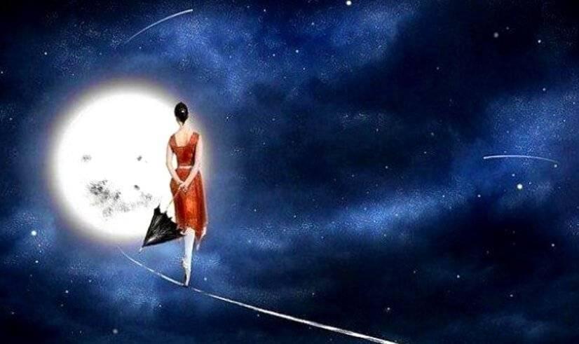 Mujer en luna-culpabilidad parado