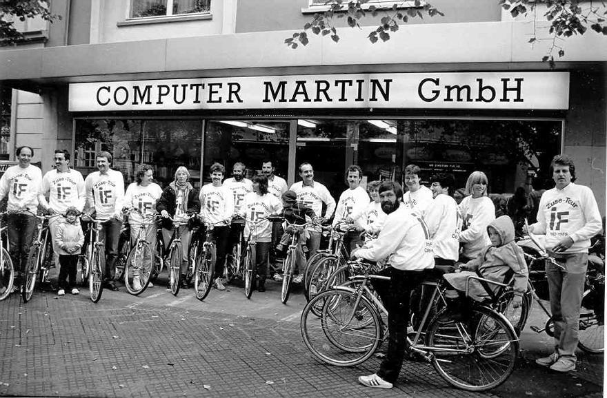 In den Anfangszeiten des Internets bildete man noch eher zaghaft Fahrgemeinschaften in das Cyberspace. Heute ist das jedoch Standard.