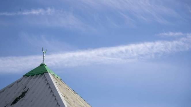The crescent of the Hawke's Bay's Baitul Mokarram Masjid set against a blue sky.