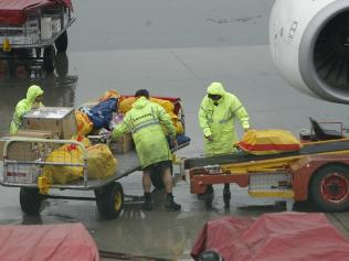https://i2.wp.com/resources1.news.com.au/images/2010/07/27/1225897/514293-baggage-handlers.jpg