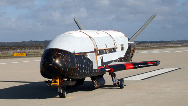 "The X-37B - amateur skywatchers are enjoying the cat-and-mouse game with the US military's ""space weapon"" / AP"