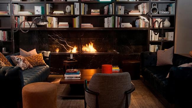 The cozy library even features a fireplace. (Photo: NeueHouse Madison Square)