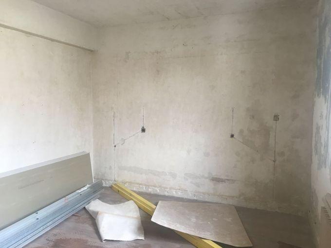 mur après avoir retirer les multiples couches de papier paint grâce à la décolleuse à vapeur