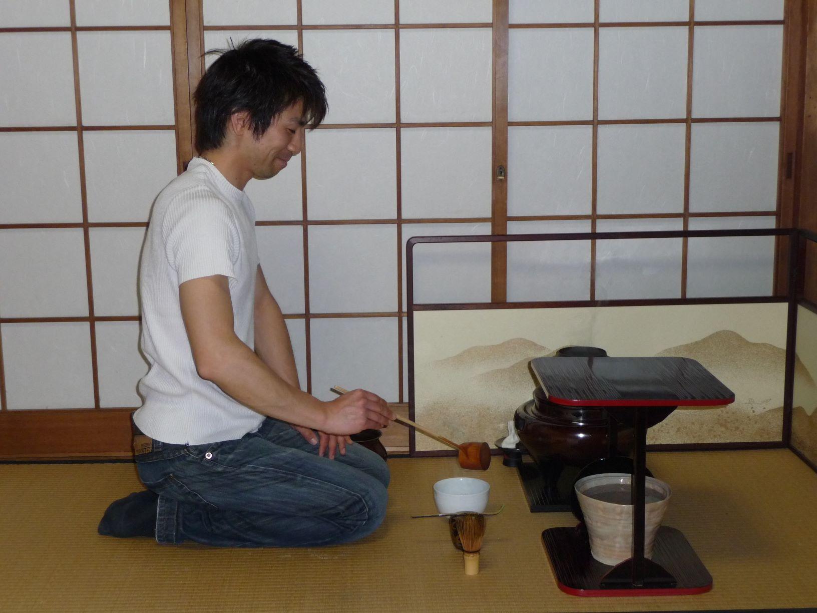 Préparation du thé vert matcha lors d'une cérémonie du thé au Japon