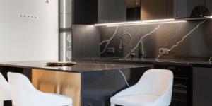 photo représentant une cuisine moderne et son plan de travail en granit veiné dans les tons de noir