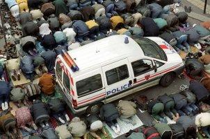 MosquŽe Khalid Ibn Walid (rue de Myrrha) Paris. Prire du vendredi Par manque de place les fidŽles prient dans la rue, la police est prŽsente pour canaliser les fidŽles. ©Lahcne ABIB