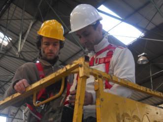 Jean-Yves, un de nos encadrants titulaire du CACES Nacelle, forme Boucif au maniement de l'engin.