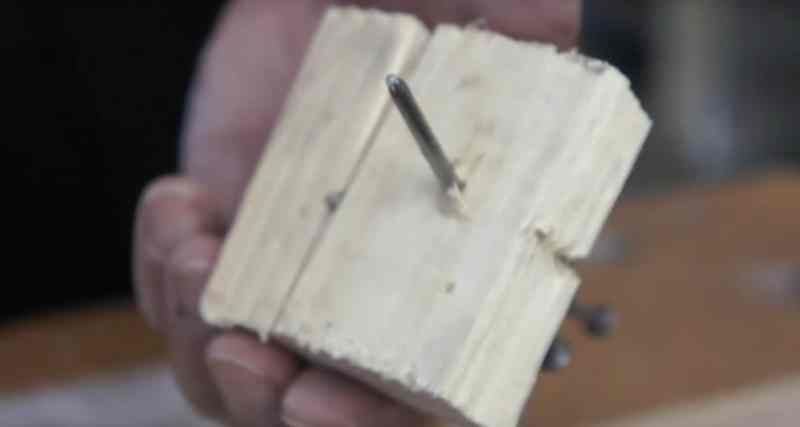 Das Holzbrett reißt nicht wenn du den Nagel dafür stumpf schlägst. Dadurch reißt das Holz nicht mehr.
