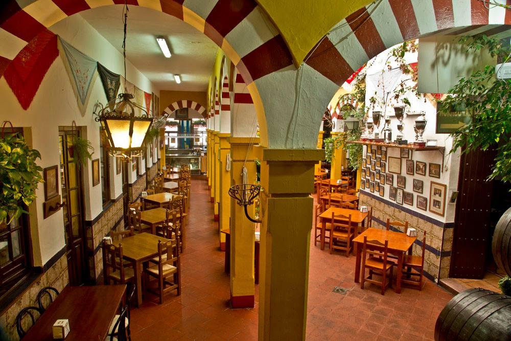 Detalle pasillo lateral y del patio columnas mezquita del Restaurante de Córdoba Sociedad Plateros Maria Auxiliadoraia-Anuxiliadora
