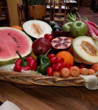 Elaboracion de migas para la televisión Árabe en el Restaurante Sociedad Plateros Maria Auxiliadora Por Manolo Bordallo  cesta de fruta