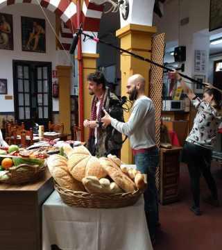 Elaboracion de migas para la televisión Árabe en el Restaurante Sociedad Plateros Maria Auxiliadora Por Manolo Bordallo  momento de la grabación