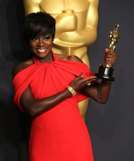 Source: http://celebmafia.com/wp-content/uploads/2017/02/viola-davis-wins-best-supporting-actress-at-oscars-2017-1.jpg