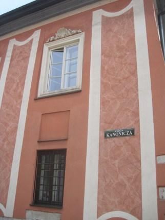 One plain, one fancy window on Ulica Kanonicza