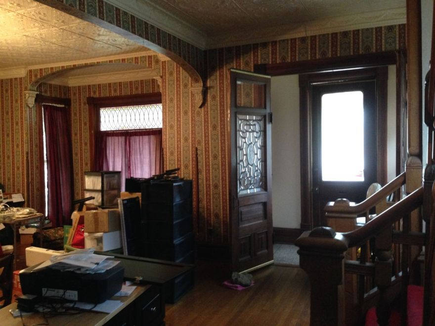 Looking from the stair to the living room (parlor). The vestibule is to the right. The wide arch between the rooms seems original to the 1890s renovation, but it seems quite odd to me. Normally, the semi-public hall would not have been so wide open to the private living spaces. Were a double set of pocket doors originally in this location?