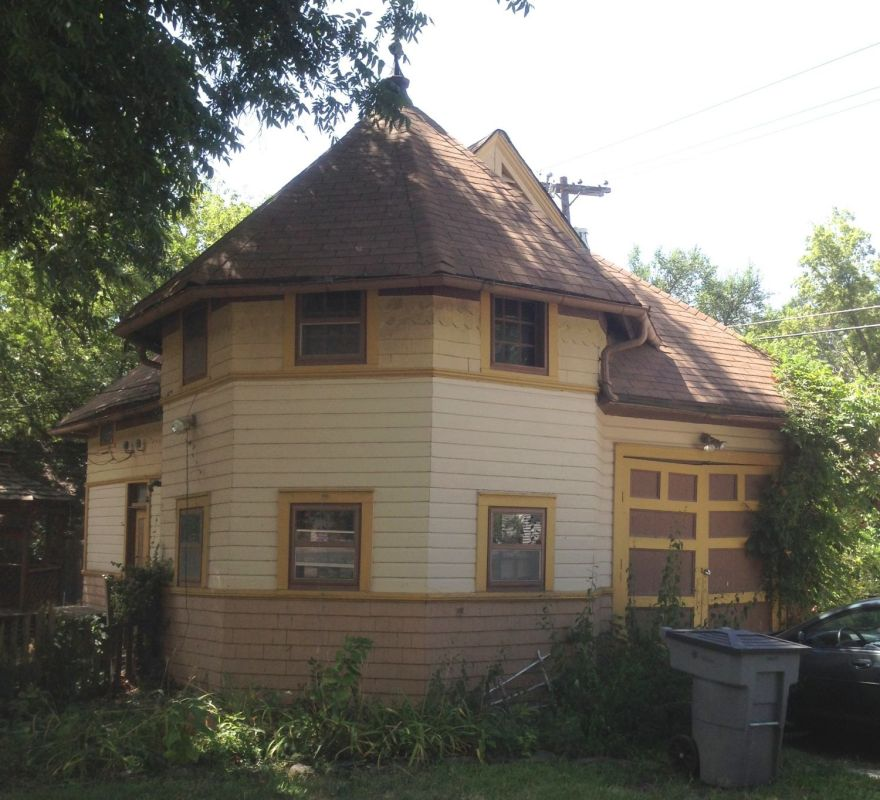 To the west of the house sits the 1890s carriage house. Ok, I am feakin' out, man.