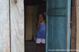 niño de Termales parado en la puerta